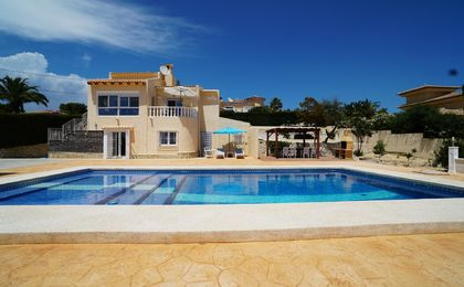 VILLA LOCATED IN CALPE WITH 2 SEPARATE HOUSES IN PERFECT CONDITION WITH SOUTH ORIENTED SWIMMINGPOOL